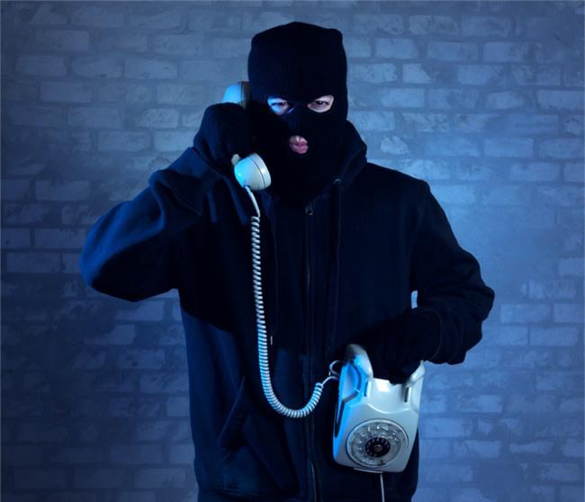 Nghe lời kẻ lừa đảo, người phụ nữ ngây thơ đổ nguyên chai coca vào máy ATM để đòi tiền bị mất - Ảnh 1.