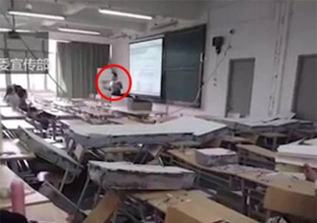 Tường phòng học đổ sập, giảng viên vẫn tiếp tục bài dạy như bình thường - Ảnh 3.