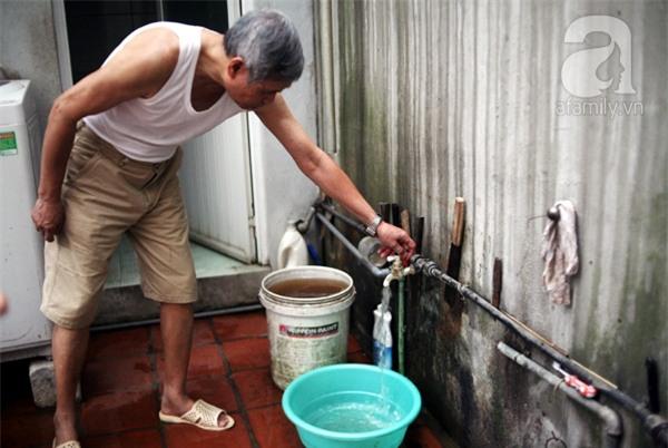 Kinh hoàng cảnh nước sạch bẩn hơn nước sông Tô Lịch giữa Hà Nội - Ảnh 3.