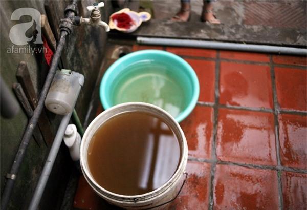 Kinh hoàng cảnh nước sạch bẩn hơn nước sông Tô Lịch giữa Hà Nội - Ảnh 4.