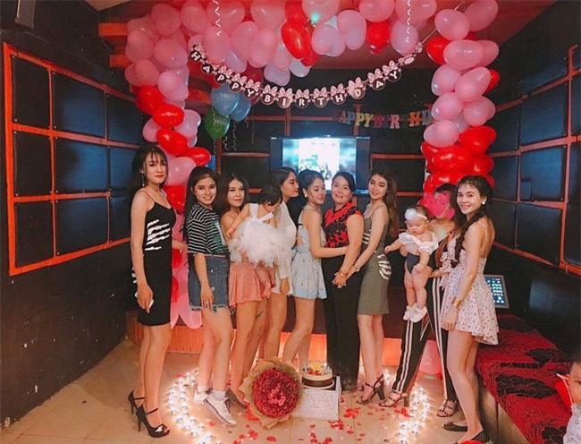 Ai cũng nghĩ người mẹ được 7 con tổ chức tiệc sinh nhật màu hồng này may mắn, cho đến khi biết sự thật... - Ảnh 1.