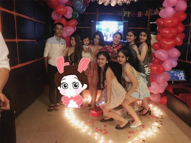 Ai cũng nghĩ người mẹ được 7 con tổ chức tiệc sinh nhật màu hồng này may mắn, cho đến khi biết sự thật... - Ảnh 2.