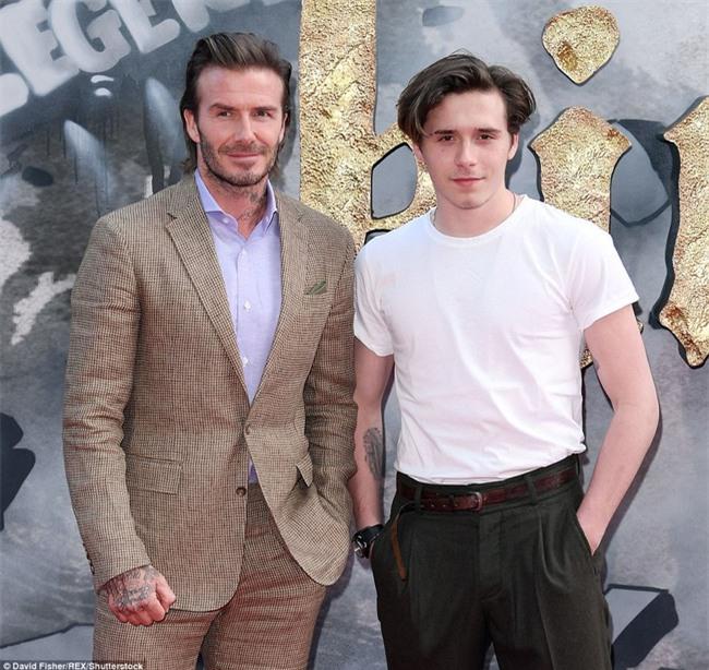 42 tuổi, David Beckham vẫn quá phong độ, làm lu mờ cả cậu con trai 18 trên thảm đỏ - Ảnh 1.