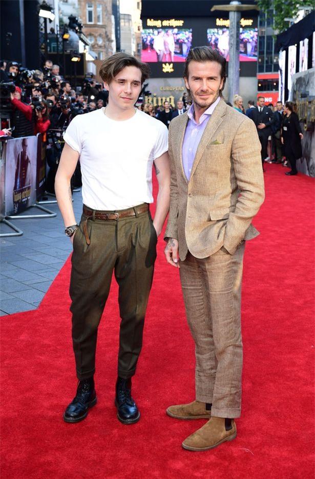 42 tuổi, David Beckham vẫn quá phong độ, làm lu mờ cả cậu con trai 18 trên thảm đỏ - Ảnh 2.