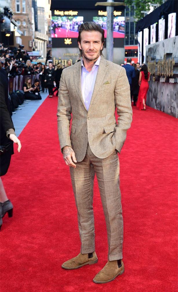 42 tuổi, David Beckham vẫn quá phong độ, làm lu mờ cả cậu con trai 18 trên thảm đỏ - Ảnh 4.