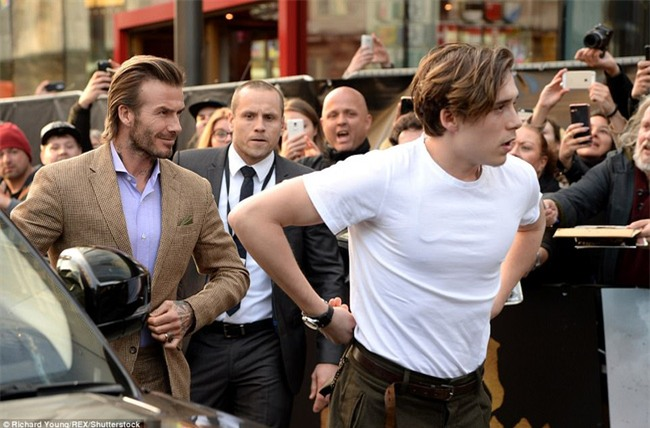 42 tuổi, David Beckham vẫn quá phong độ, làm lu mờ cả cậu con trai 18 trên thảm đỏ - Ảnh 5.