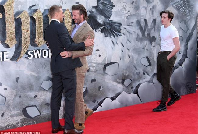 42 tuổi, David Beckham vẫn quá phong độ, làm lu mờ cả cậu con trai 18 trên thảm đỏ - Ảnh 7.