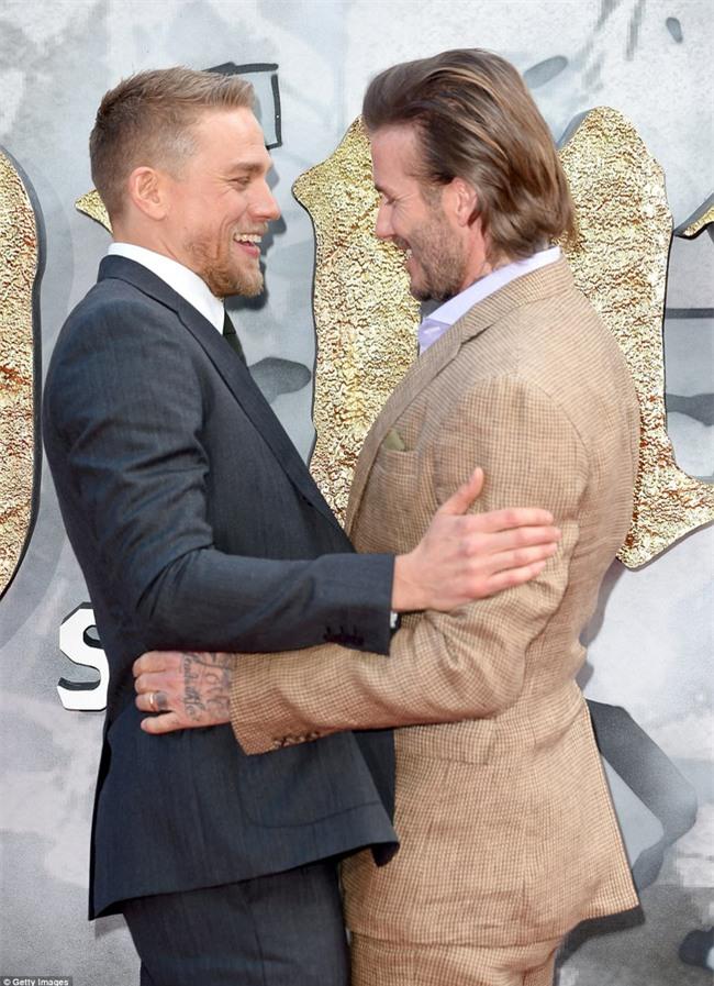 42 tuổi, David Beckham vẫn quá phong độ, làm lu mờ cả cậu con trai 18 trên thảm đỏ - Ảnh 8.