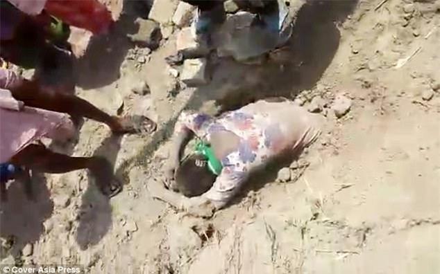 Thiếu nữ bị chôn sống gần 2 giờ chỉ vì gia đình không bán đất cho nhà giàu - Ảnh 1.