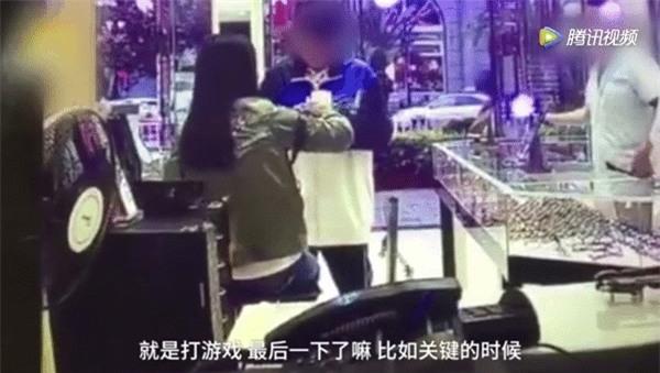Nam sinh Trung học đánh mẹ dã man ngay giữa cửa hàng kính vì lý do không thể chấp nhận nổi - Ảnh 1.