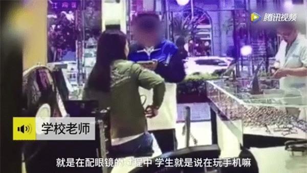 Nam sinh Trung học đánh mẹ dã man ngay giữa cửa hàng kính vì lý do không thể chấp nhận nổi - Ảnh 2.