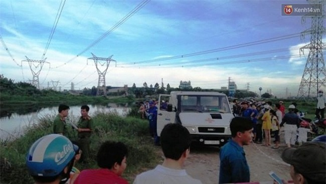 Hoảng hốt phát hiện xác chết lõa thể, phân hủy mạnh trôi trên kênh Nước Lên ở Sài Gòn - Ảnh 2.