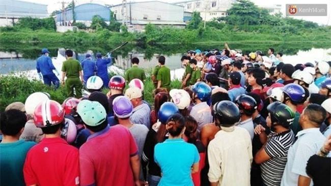 Hoảng hốt phát hiện xác chết lõa thể, phân hủy mạnh trôi trên kênh Nước Lên ở Sài Gòn - Ảnh 3.