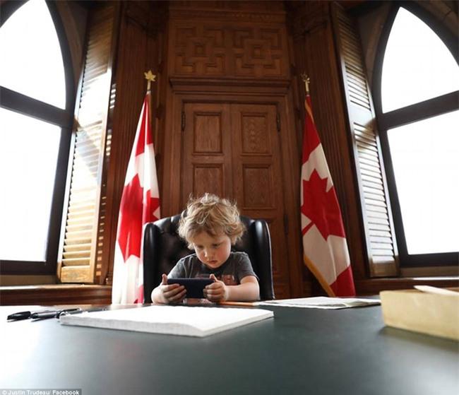Thủ tướng điển trai của Canada lại khiến chị em đổ rạp vì loạt ảnh mới bên cạnh con trai đáng yêu - Ảnh 2.