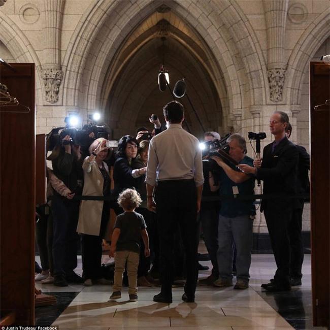 Thủ tướng điển trai của Canada lại khiến chị em đổ rạp vì loạt ảnh mới bên cạnh con trai đáng yêu - Ảnh 5.