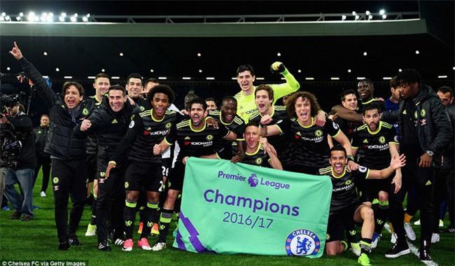 1001 kiểu ăn mừng quậy banh nóc của Chelsea khi lên ngôi vô địch - Ảnh 2.