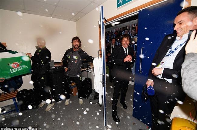 1001 kiểu ăn mừng quậy banh nóc của Chelsea khi lên ngôi vô địch - Ảnh 12.