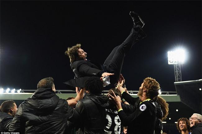 1001 kiểu ăn mừng quậy banh nóc của Chelsea khi lên ngôi vô địch - Ảnh 3.