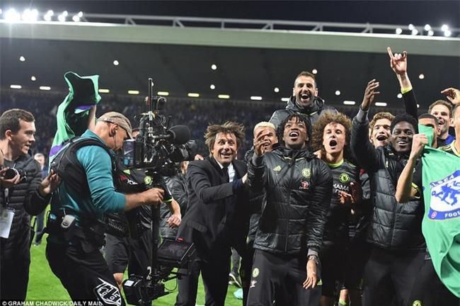 1001 kiểu ăn mừng quậy banh nóc của Chelsea khi lên ngôi vô địch - Ảnh 5.