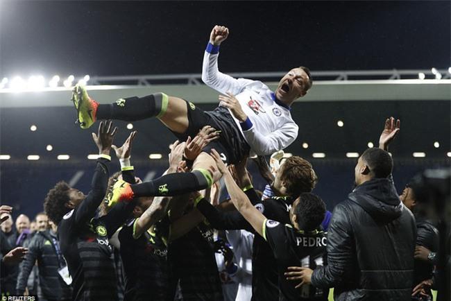 1001 kiểu ăn mừng quậy banh nóc của Chelsea khi lên ngôi vô địch - Ảnh 6.