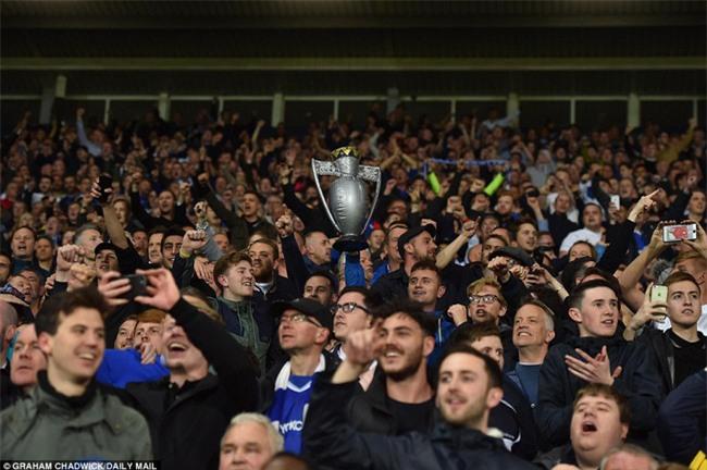 1001 kiểu ăn mừng quậy banh nóc của Chelsea khi lên ngôi vô địch - Ảnh 8.