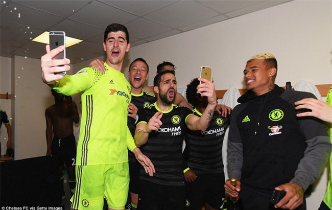 1001 kiểu ăn mừng quậy banh nóc của Chelsea khi lên ngôi vô địch - Ảnh 10.