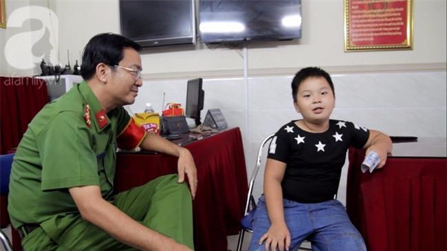 Bé trai 9 tuổi đi lạc 3 ngày, mẹ bận đi làm không đến đón, dì lên nhận thay nhưng không được - Ảnh 15.