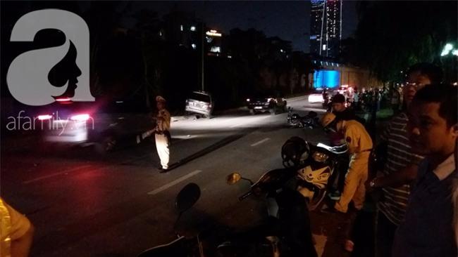 Hà Nội: Xe ô tô điên tông hàng loạt xe máy, xe đạp khiến ít nhất 5 người nhập viện - Ảnh 2.