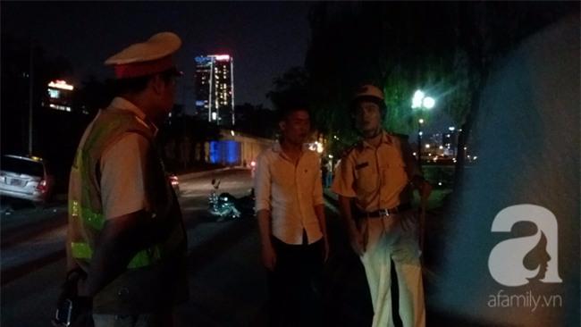 Hà Nội: Xe ô tô điên tông hàng loạt xe máy, xe đạp khiến ít nhất 5 người nhập viện - Ảnh 4.