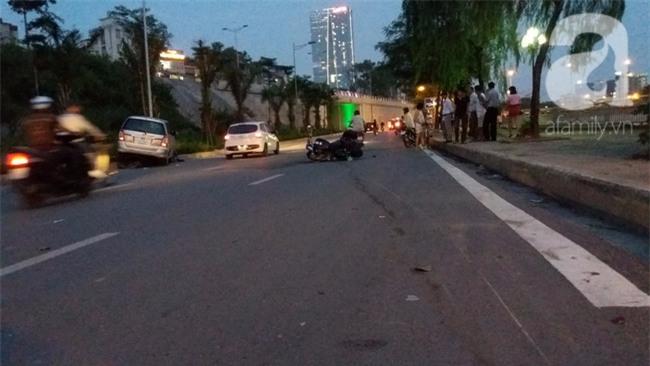 Hà Nội: Xe ô tô điên tông hàng loạt xe máy, xe đạp khiến ít nhất 5 người nhập viện - Ảnh 9.
