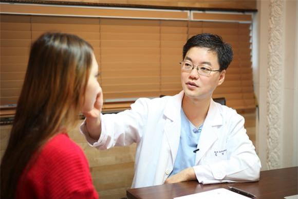 Hé lộ những bí mật lớn trong ngành phẫu thuật thẩm mỹ đỉnh cao ở Hàn Quốc - Ảnh 1.