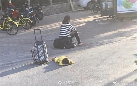 Bé gái bị mẹ đẻ giẫm đạp lên người, bỏ rơi giữa đường vì nghi mắc bệnh - Ảnh 2.