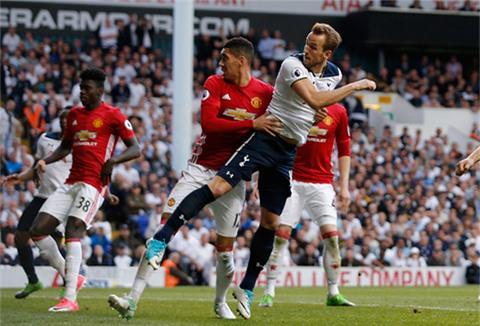 Kane đệm bóng cận thành, ghi bàn đầu tiên vào lưới M.U