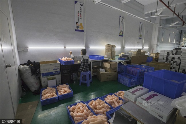 Cuộc sống của nữ công nhân vừa tròn 18 tuổi trong công xưởng sản xuất đồ chơi tình dục ở Trung Quốc - Ảnh 11.