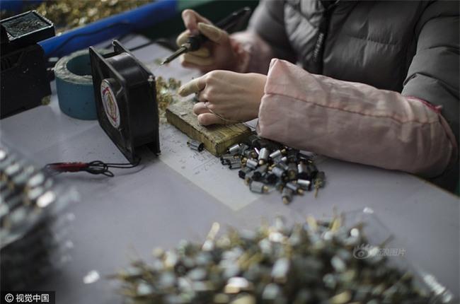 Cuộc sống của nữ công nhân vừa tròn 18 tuổi trong công xưởng sản xuất đồ chơi tình dục ở Trung Quốc - Ảnh 5.