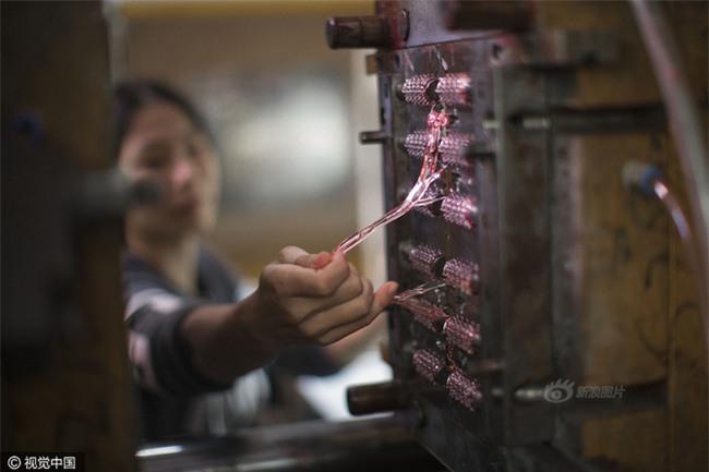 Cuộc sống của nữ công nhân vừa tròn 18 tuổi trong công xưởng sản xuất đồ chơi tình dục ở Trung Quốc - Ảnh 8.