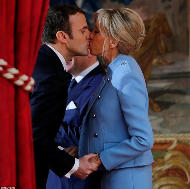 Giữa làn sóng tranh cãi, nụ hôn trong lễ nhậm chức chính là câu trả lời ngọt ngào nhất của vợ chồng tân Tổng thống Pháp - Ảnh 1.
