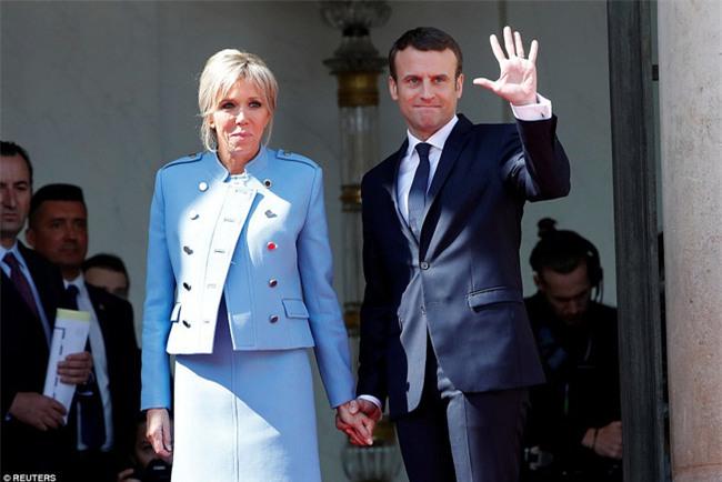 Giữa làn sóng tranh cãi, nụ hôn trong lễ nhậm chức chính là câu trả lời ngọt ngào nhất của vợ chồng tân Tổng thống Pháp - Ảnh 2.
