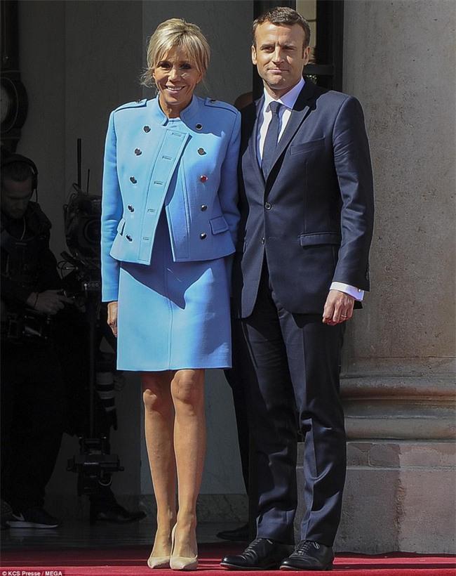 Giữa làn sóng tranh cãi, nụ hôn trong lễ nhậm chức chính là câu trả lời ngọt ngào nhất của vợ chồng tân Tổng thống Pháp - Ảnh 3.