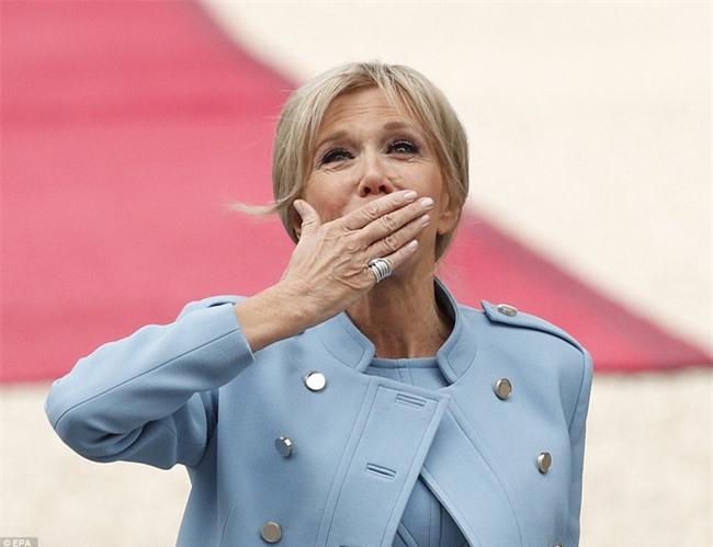 Giữa làn sóng tranh cãi, nụ hôn trong lễ nhậm chức chính là câu trả lời ngọt ngào nhất của vợ chồng tân Tổng thống Pháp - Ảnh 4.