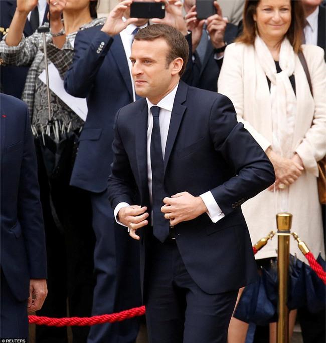Giữa làn sóng tranh cãi, nụ hôn trong lễ nhậm chức chính là câu trả lời ngọt ngào nhất của vợ chồng tân Tổng thống Pháp - Ảnh 5.