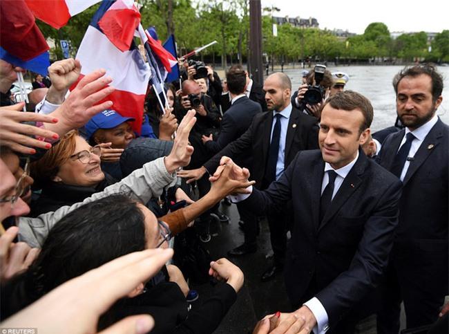 Giữa làn sóng tranh cãi, nụ hôn trong lễ nhậm chức chính là câu trả lời ngọt ngào nhất của vợ chồng tân Tổng thống Pháp - Ảnh 6.