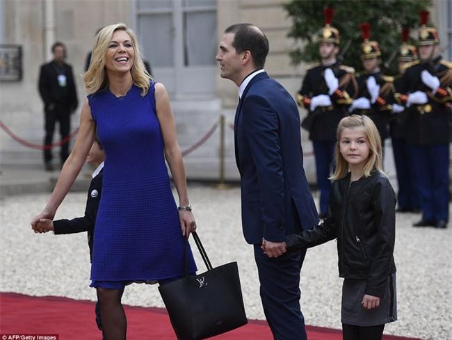 Giữa làn sóng tranh cãi, nụ hôn trong lễ nhậm chức chính là câu trả lời ngọt ngào nhất của vợ chồng tân Tổng thống Pháp - Ảnh 7.