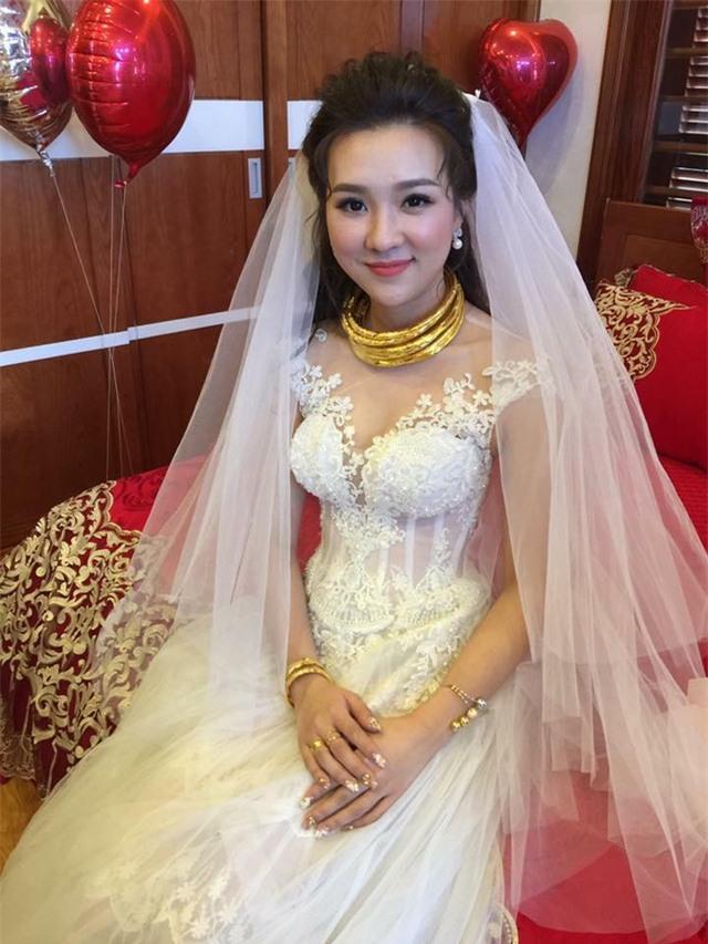 Gia đình hai bên đều khá giả, nên đám cưới được tổ chức hoành tráng tại khách sạn 5 sao