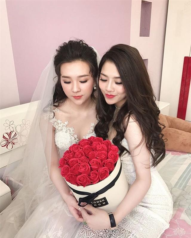 Cô dâu xinh đẹp tạo dáng bên bạn bè trong lúc chờ chú rể qua đón dâu