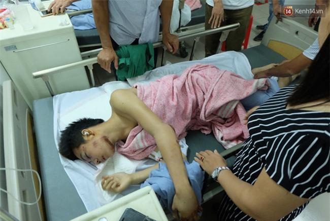 Người thân không nhận ra nam sinh mắc kẹt dưới gầm ô tô Camry sau tai nạn kinh hoàng ở Bắc Ninh - Ảnh 2.