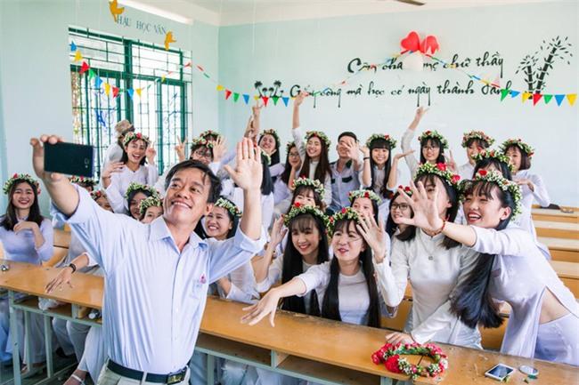 Bộ ảnh kỷ yếu đơn giản mà cực đáng yêu của lớp học với 27 cô gái và... 1 chàng trai - Ảnh 10.