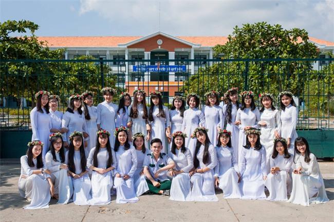 Bộ ảnh kỷ yếu đơn giản mà cực đáng yêu của lớp học với 27 cô gái và... 1 chàng trai - Ảnh 2.