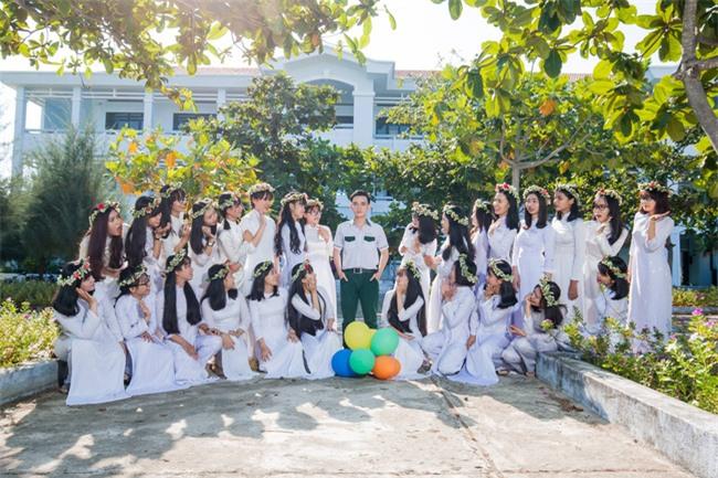 Bộ ảnh kỷ yếu đơn giản mà cực đáng yêu của lớp học với 27 cô gái và... 1 chàng trai - Ảnh 7.