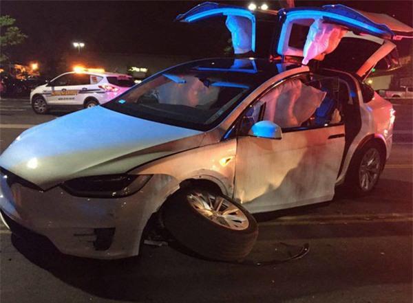 Chú rể bị tai nạn ô tô ngay trước ngày cưới nhưng vẫn sống, anh dành lời cảm ơn xe Tesla và Elon Musk vì đã cứu mạng mình